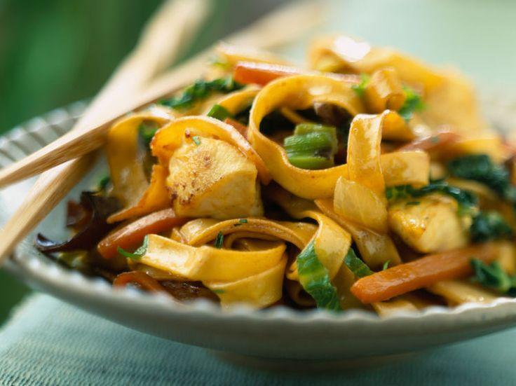Découvrez la recette Nouilles sautées au poulet hyper simples sur cuisineactuelle.fr.