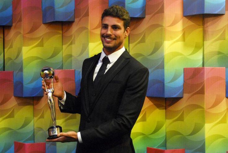 """Cauã Reymond posa com o prêmio de melhor ator coadjuvante no """"Melhores do Ano"""" do """"Domingão do Faustão"""" em 2009"""