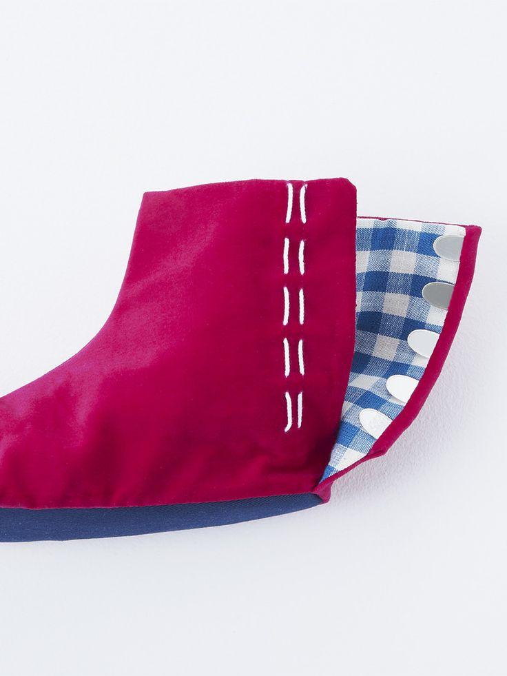 ベルベットの足袋・紅・水色ギンガムチェック裏地。/ Velvet tabi*crimson*light blue gingham check lining. (side)