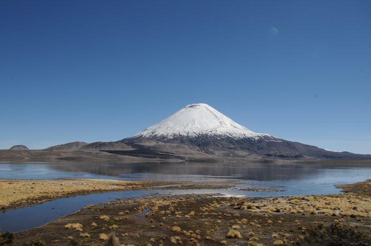 """Foto tomada al Volcán Parinacota ( del aimara: parinaquta, """"laguna de parinas"""") . Está situado en la frontera de Chile y Bolivia en la Región de Arica y Parinacota y Departamento de Oruro respectivamente, encontrándose sobre la cordillera de los Andes"""