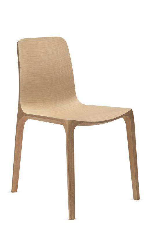 Frida è una sedia che racchiude una tecnologia raffinata e che rappresenta un punto di riferimento nella lavorazione del legno.