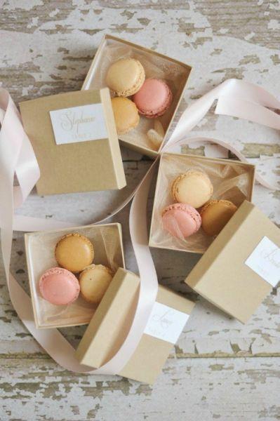 Des macarons élégamment emballés.