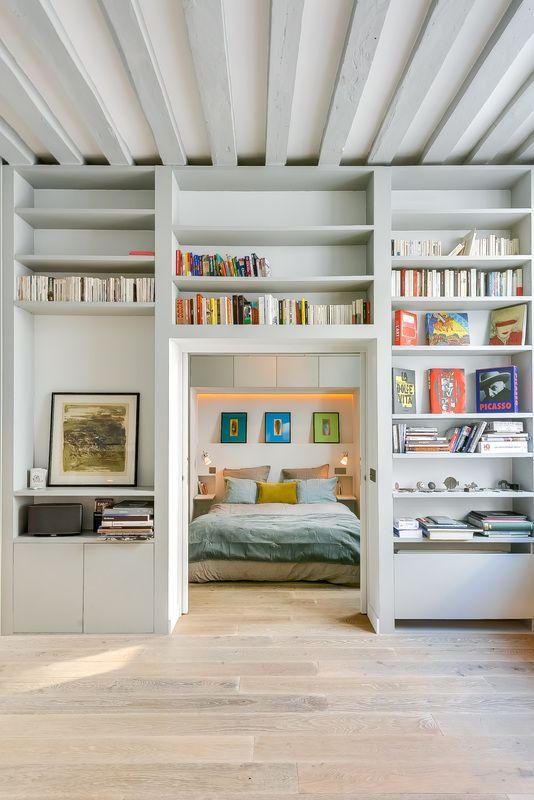 【分けつつ繋げる】巨大造作棚の向こうのベッドルーム   住宅デザイン