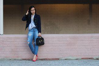 Look de moda: Blazer Cruzado Azul Marino, Camisa de Vestir de Rayas Verticales Celeste, Vaqueros Desgastados Azules, Zapatos de Tacón de Cuero Rosa
