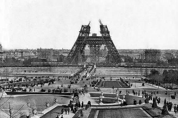 A construção da Torre Eiffel.