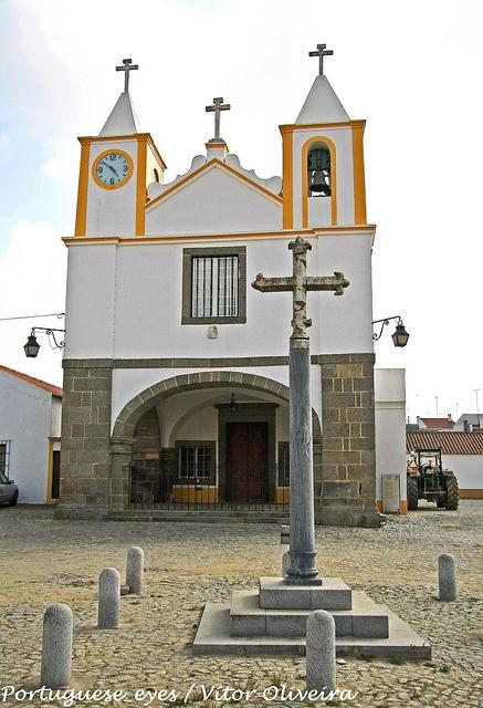 Igreja e Cruzeiro de São Manços - Portugal