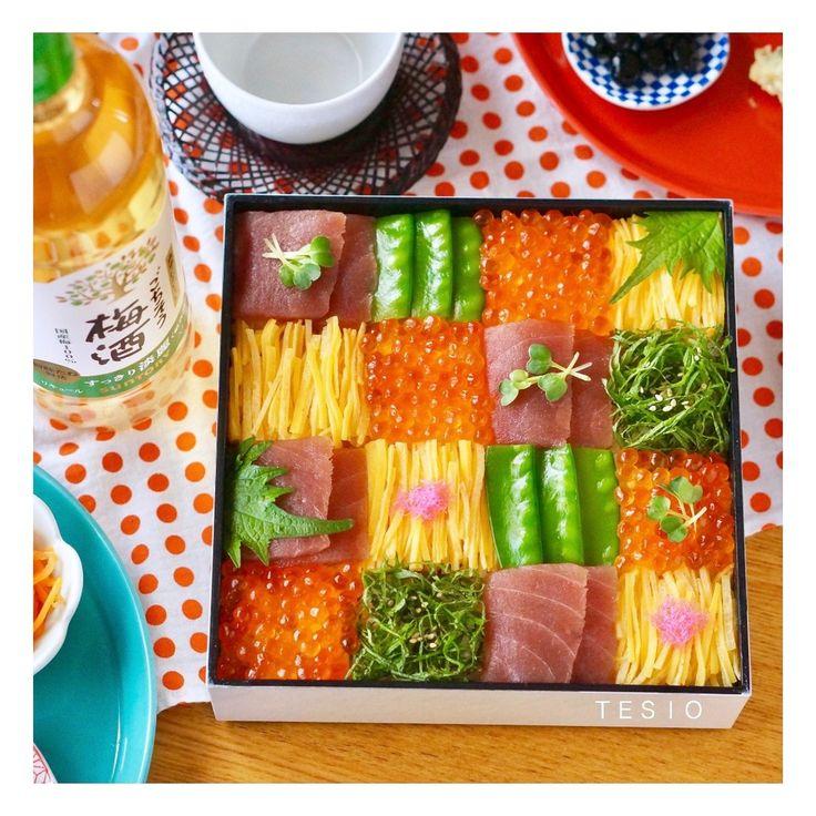 ひなまつり・卒園や卒業祝い・入学祝いなど…  春はお祝いごとが多いですよね♪   今回はそんなお祝いにぴったりな 華やかなモザイク寿司の作り方を ご紹介します♪   おしゃれで見栄えがするのに 作り方はとっても簡単!!  春のパーティーで大活躍すること間違いなしです♪   重箱に詰めるので、持ち寄りパーティーにも喜ばれそう♡    ではさっそく作り方へ〜♪♪