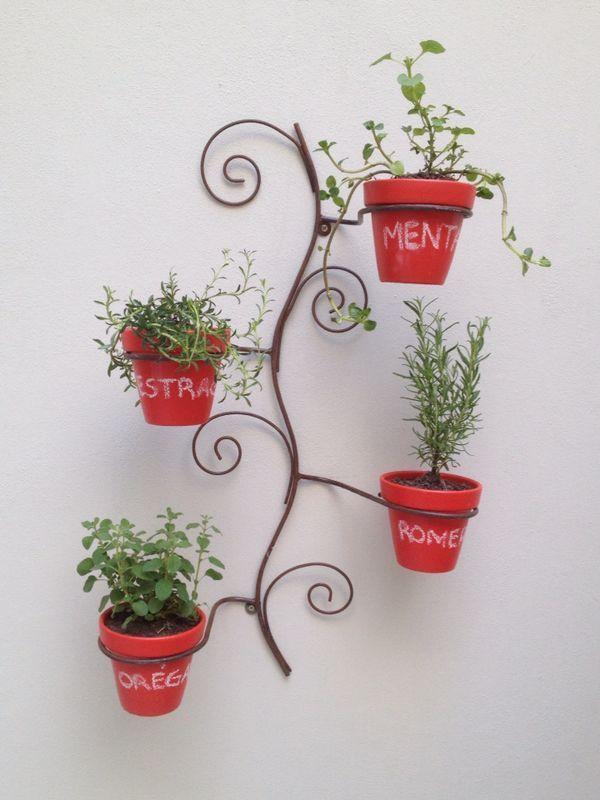 CHOK Portamacetas + 4 macetas pizarron rojo. Medidas: 80 cm de alto x 45 cm de ancho. Las macetas son #12.