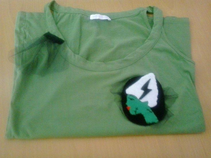 """Camiseta básica de Promod en verde. Talla M (amplia). Adorno cosido y diseñado por Bessones. Chica """"horrorbilly"""" + tela de tutú. 5 euros!"""