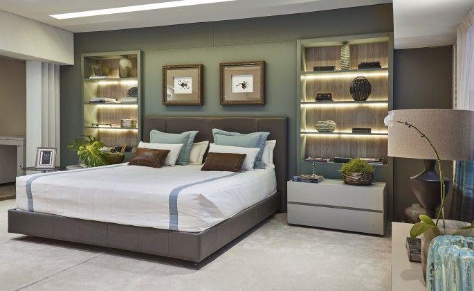 A designer de interiores Lya Magalhães aposta nas cores azul-cadete, cinza e branco ao compor o quarto de 32,45 m². A opção por móveis, roupa de cama e marcenaria de linhas retas confere ao quarto atemporalidade e ordem. Destaque para a estante embutida na parede, com iluminação indireta.