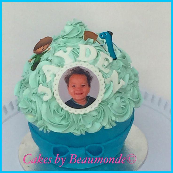 Giant cupcake gevuld met aardbeien meringue creme en opgespoten met toeven meringue creme. Kleine accenten van BabyTV in eetbare fotoprint op fondant.