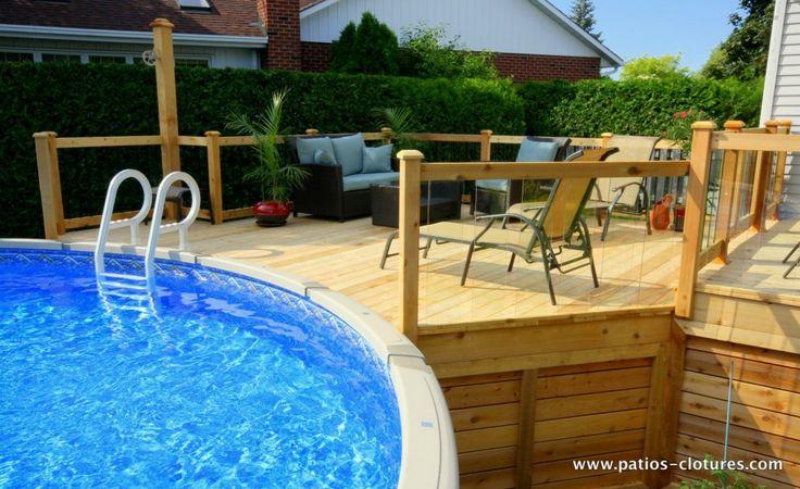 Grand deck de piscine hors terre avec rampe de verre