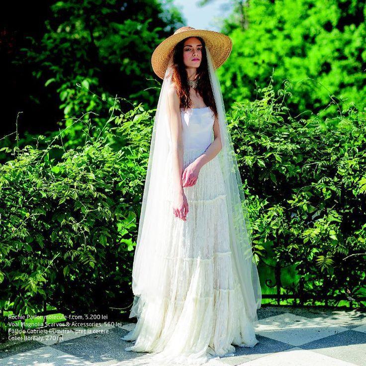 Summer wedding essentials: Parlor lace dress and a straw hat. Foto: Alex Galmeanu for Beau Monde Mirese; styling: Ina Borcea #parlordress #parlorbride #bridetobe #ido #instawedding #weddingplanning #bride #dress #lace #handmade #design #romaniandesigners