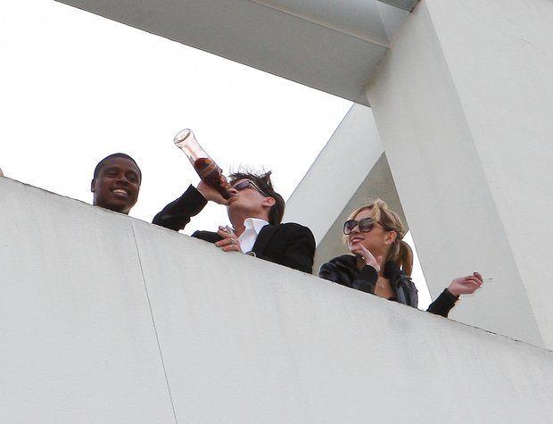 Das wilde Leben des Charlie Sheen: 2011 Charlie Sheens Feierlaune kennt keine Grenzen. Zusammen mit seiner Freundin Natalie Kenly gibt er sich dem Alkohol hin und sorgt für große Eskapaden, die ihm noch zum Verhängnis werden sollen.
