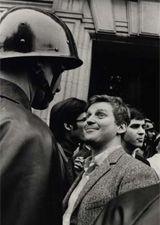 Paris- mai 1968. le jeune leader Daniel Cohn-Bendit tenant tête à un CRS devant la Sorbonne.