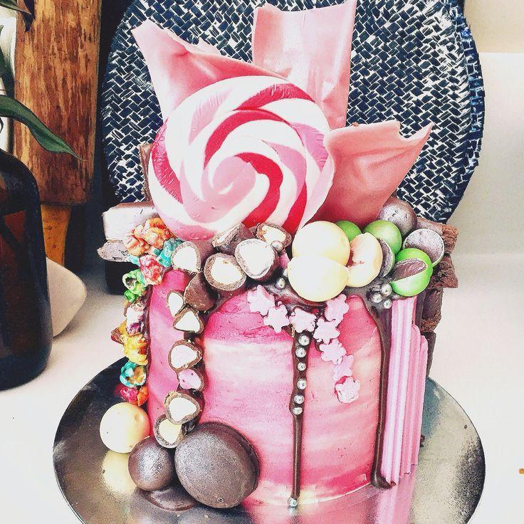 The pink goddess .. Vanilla cake with caramel cream and Oreos