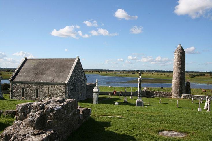Sud Irlanda. Clonmacnoise, sulle rive del fiume Shannon. E' uno dei siti monastici più noti d'Irlanda nel quale è possibile trovare, tutte insieme, round tower, croci celtiche, chiese e tombe. - Irlandando.it  <3