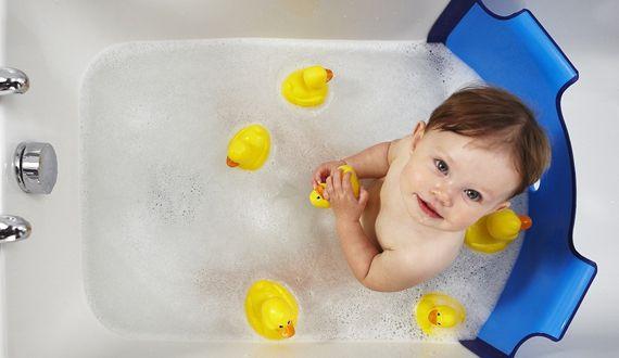 Alternativas a la bañera del bebé: hamaca, asiento de baño y presa