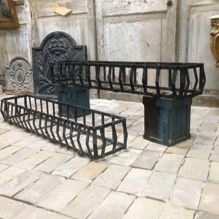 paire de portes jardinières en fonte de fer , patine originale . XX siècle .