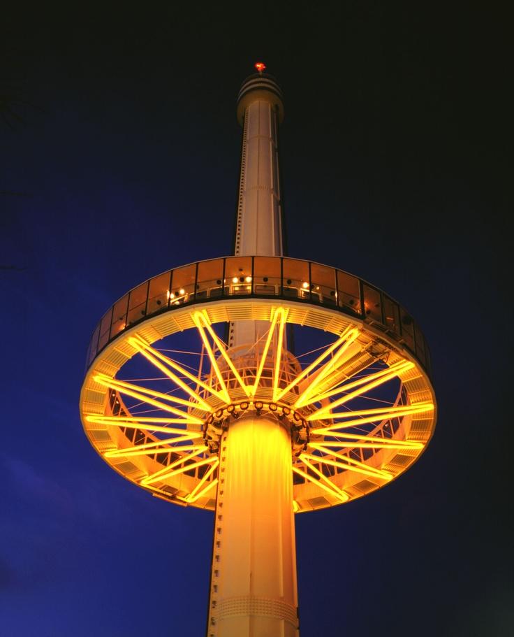 La Gyrotour de nuit. Cette tour vous propose une vision inédite du Futuroscope à 45 mètres de haut.