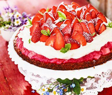Midsommartårta med jordgubbar och rabarber