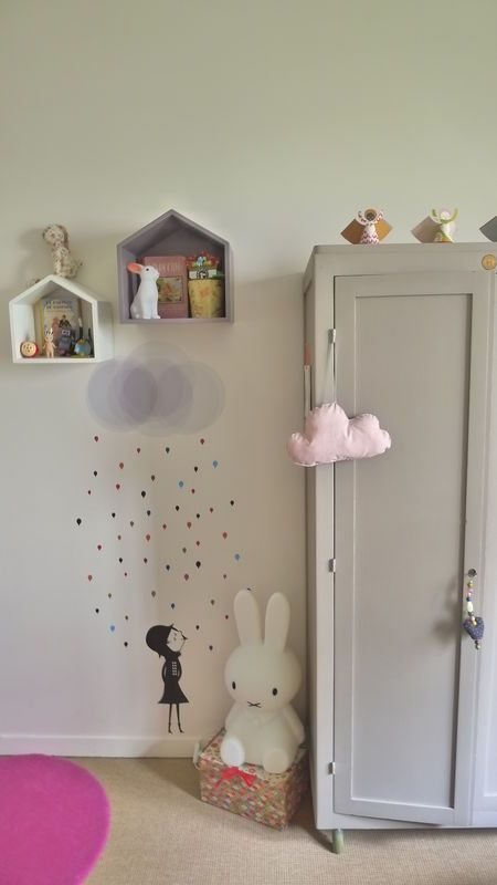 Les murs de cette chambre d'enfant ont été décorés avec un sticker déco