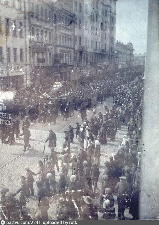 Фотография - Арбат. Революция из окна. - снимок сделан в 1917 году (направление съемки — юго-запад)