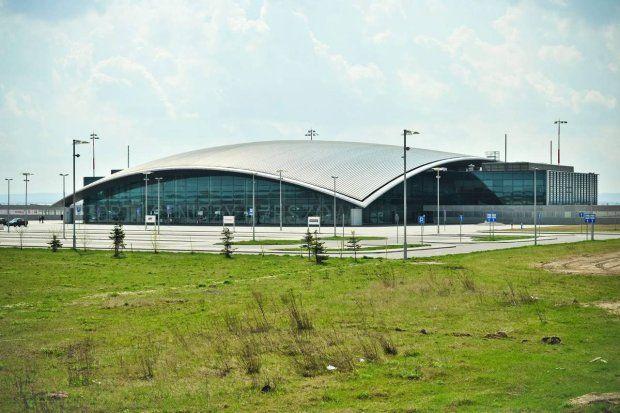 Port Lotniczy Rzeszów. Tygodniowo ma obecnie 31 bezpośrednich lotów krajowych. W kwietniu w ruchu krajowym odprawiono 11,8 tys. pasażerów co dało wzrost w stosunku do kwietnia 2011 o 40 proc. LOT i OLT Express latają w sumie 26 razy do Warszawy. Do tego OLT lata 5 razy do Katowic.