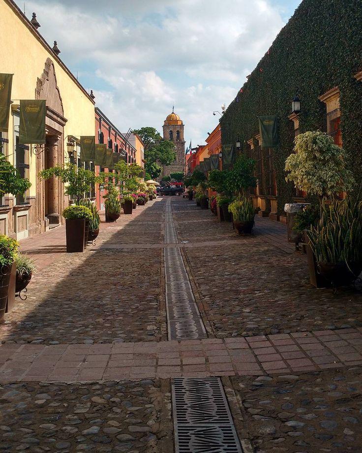 Andador y al fondo el Templo de Santiago Apóstol, en Tequila Jalisco. #tequila #jalisco #mexico #mexico_maravilloso #mexico_tour #andador #mexico_fotos #hdrphotography #pasionxjalisco #pueblomagico #instagram #vive_jalisco #vive_mexico...