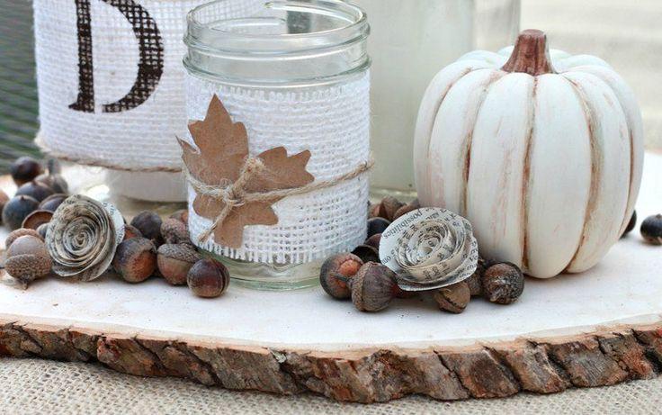 déco d'automne DIY -centre de table original qui consiste en citrouille blanche, photophore original et glands