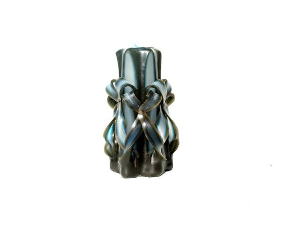 This beautiful Fading Traces hand carved candle in the design Double Bows in Black and Blue, comes with a soy wax interior, for pleasant and clean