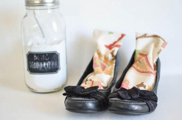 14 solutions malignes pour mettre fin aux chaussures malodorantes noté 3 - 2 votes 8) Vous pouvez aussi simplement mettre un savon dans la chaussure une fois rentré à la maison. 9) Une chaussette remplie de litière pour chat dans chaque chaussure aura un effet génial sur l'humidité et les odeurs. Normal quand on pense …