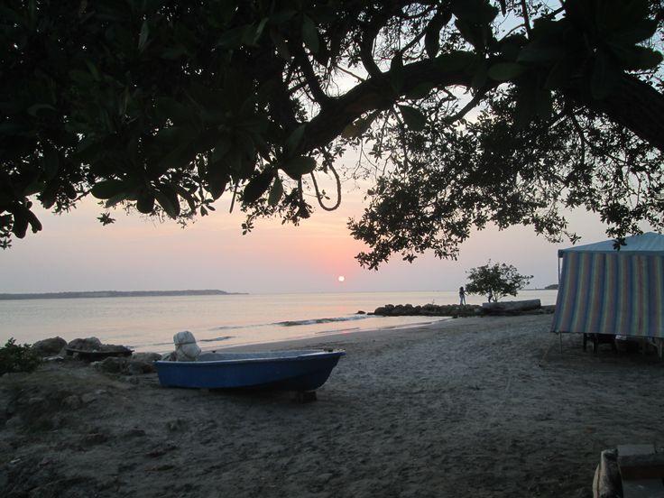 Al lado del mar, mi mente se llena de pensamientos motivadores.