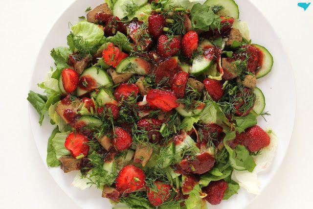 sztuka żywienia: królewska sałata. szpinak, mięso, truskawki
