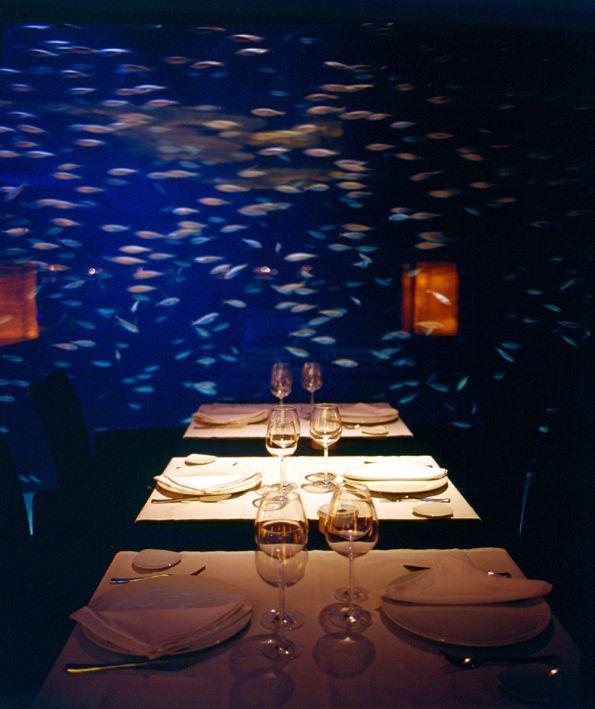 #Interior del #Restaurante Submarino. Foto de las mesas con el fondo del #acuario. #Oceanografic #Valencia  www.restaurantesubmarino.es