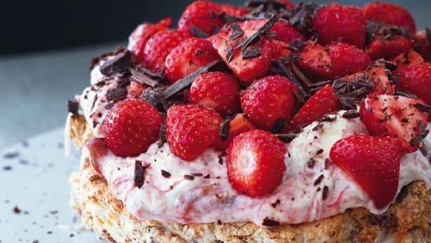 Mandeldrøm - luftig bund med mandler - med rabarberskum og jordbæ. Lav denne dejlig, friske sommerkage som kage til kaffen eller en frisk dessert.