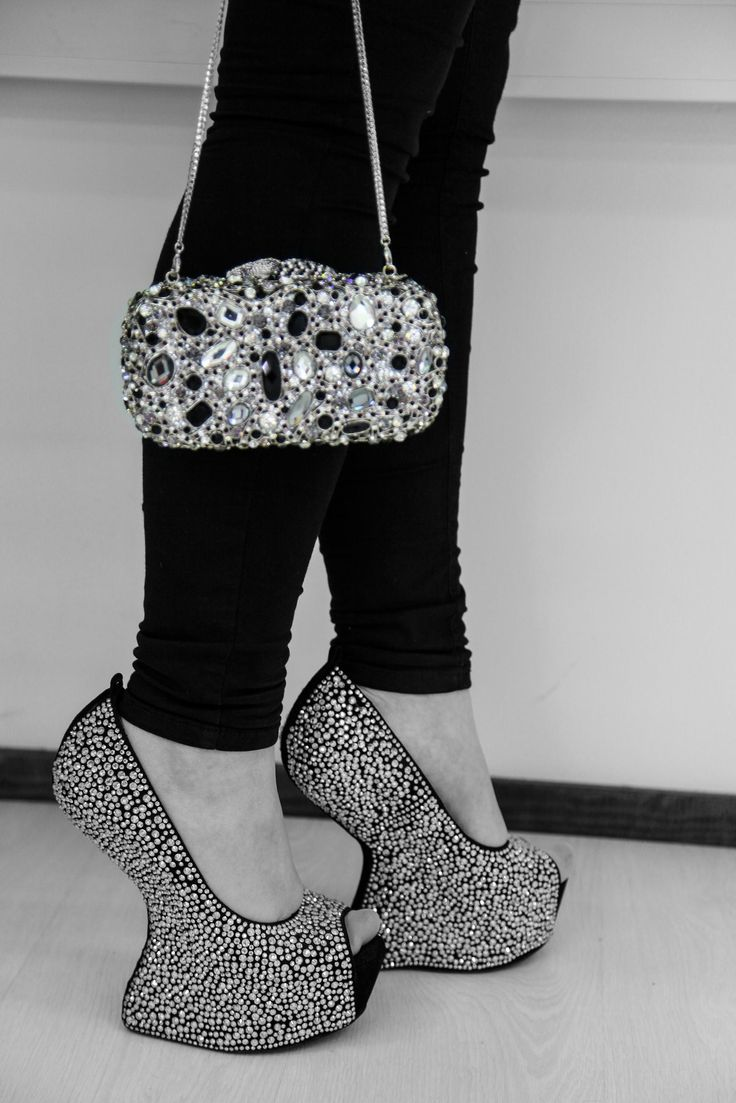 Complete your outfit with our shiny clutch! Priscilla clutch - Silver/Black
