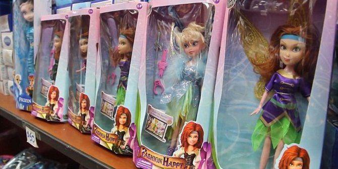 Sebuah boneka peri berpenampilan perempuan ternyata memiliki genital laki-laki. Boneka ini dijual di Argentina dan diklaim menjadi boneka transgender pertama sejagat.  Surat kabar the Daily Mail melaporkan, Senin (22/12), boneka itu ditemukan pertama oleh seorang ibu yang terkejut melihat mainan sang anak. Dia mendapati boneka berpenampilan peri perempuan itu ternyata punya penis yang tertutup oleh gaun.
