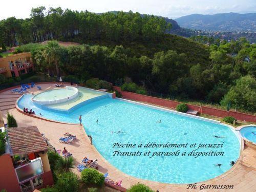 T2, splendide vue mer, parking, piscine: Piscine (transats et parasols à votre disposition) - France-Voyage.com