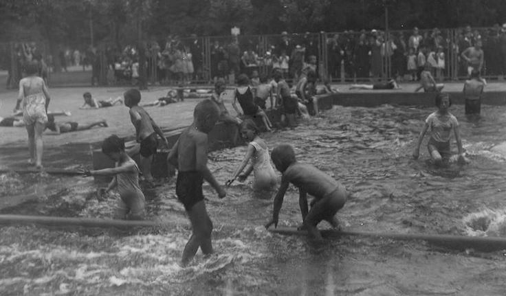 Ogród Saski był miejscem zabaw dla warszawskich dzieciaków.  W ostatnich latach przed wojną wybudowano od strony ulicy Królewskiej obszerny basen do brodzenia, a nad sadzawką od strony ulicy Fredry stanął pawilon Kropli Mleka.  Było to jakby ukoronowanie długiej epoki, kiedy dzieci śródmieścia wszystkie wolne chwile spędzały w Ogrodzie Saskim.  Fotografia   z 1933 roku.