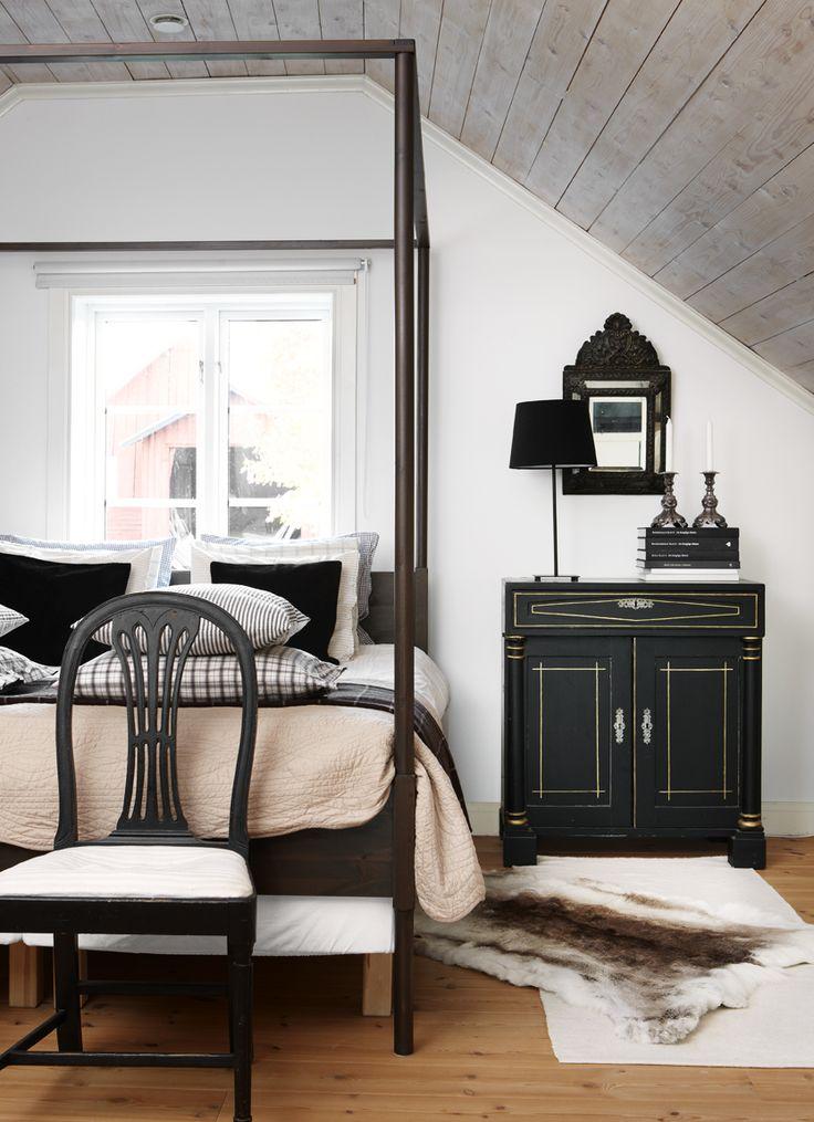 Himmelssäng från ikea. Svart gustaviansk stol. Nattygsbordet är en gammal serveringsbänk och ovanför en antik barockspegel. via Skona Hem