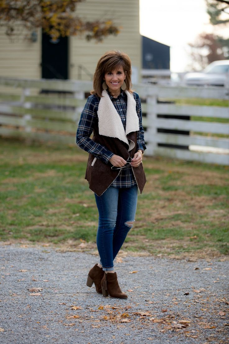Fashion blogger, Cyndi Spivey, styling Old Navy Rockstar Jeans.