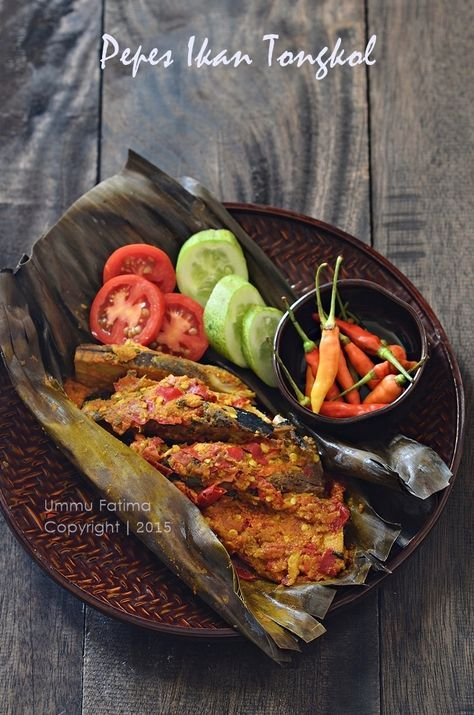Pepes / Brengkes Ikan Tongkol (Spiced Tuna in banana leaf) | Indonesian FOod