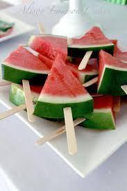 Corte a melancia em formato de triângulo e espete com um palito de sorvete. Pronto