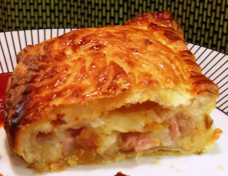 Μια υπέροχη, λαχταριστή πατατόπιτα. Μια εύκολη συνταγή για μια πατατόπιτα με μπέικον και γραβιέρα. Αντί για φύλλο κρούστας μπορείτε να χρησιμοποιήσετε 2 φύ