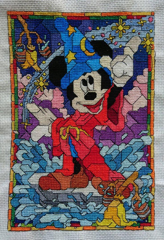 Vetrata con mosaico Topolino lavoro punto croce Fan su Facebook Lorraine Clarke Link: http://www.magiedifilo.it/forum/ricami-realizzati-dagli-schemi-di-eromas-t3211.html