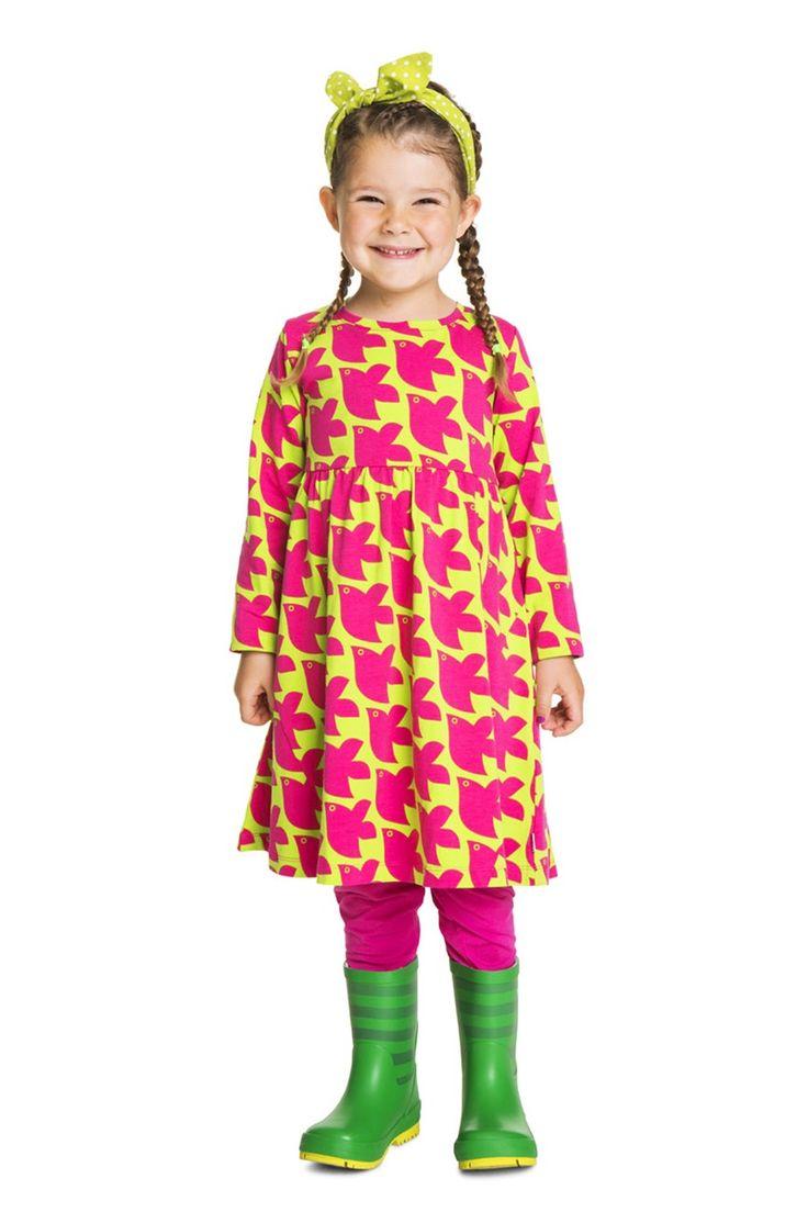 Langärmeliges Kleid mit Allover-Print und schrägen Nähten am Rockteil vorne. Hoher Saum an den Ärmeln, damit ein zu langer Ärmel auch aufgekrempelt gut aussieht.