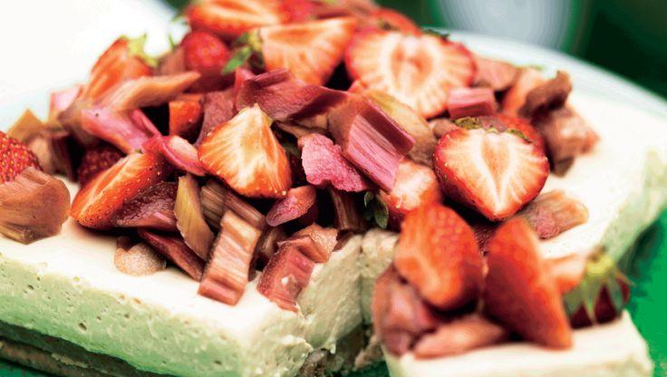 Rabarber og jordbær i skøn kombi i cheesecake. Og er du ikke så vild med lakrids, kan du kan sagtens give ostefyldet en anden smag. Brug f.eks. frysetørret kaffe eller vaniljepulver.