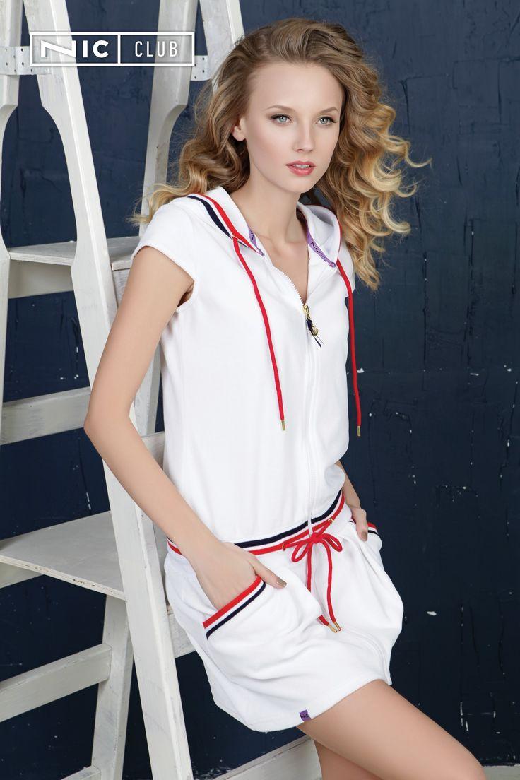 Велюровое платье из круизной коллекции Del Mar («Дель Мар») — стильный летний наряд, подходящий для носки в повседневной жизни, в отпуске, на даче. Игривая юбочка с вытачками, короткие рукава, едва прикрывающие плечи, длинная застежка-молния, легкий капюшон — эта модель от Nic Club создана для активного образа жизни! Стильная находка и дизайнерская новинка — шикарная вышивка на спине в морской тематике: дизайнеры «Ник Клаб» разработали рисунок со штурвалами, кораллами, якорем.