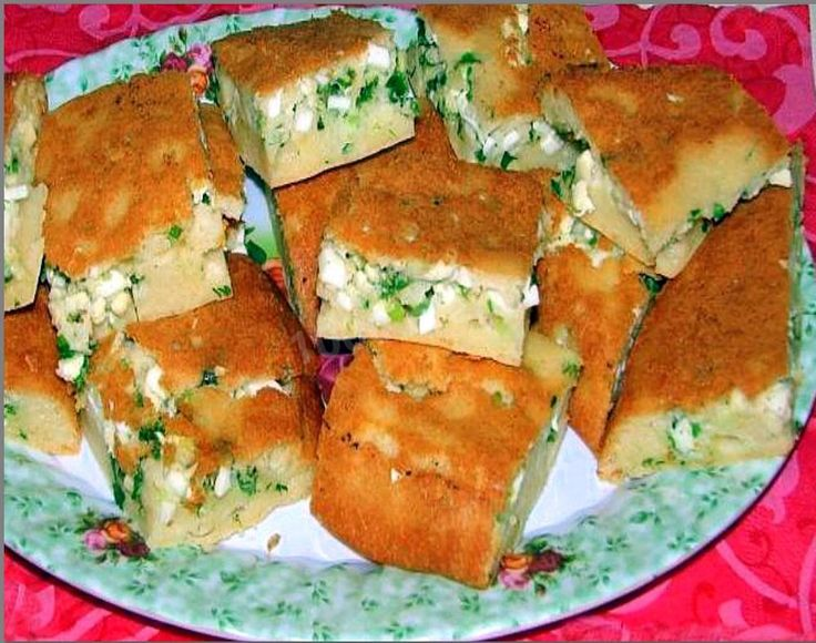 Заливной пирог на майонезе и сметане с зеленым луком